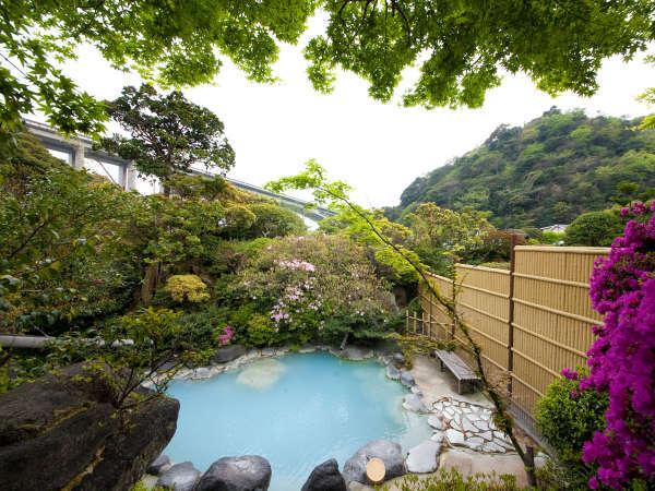 【女湯】四季折々の表情を見せる庭園露天風呂。別府でも珍しいブルーの濁り湯をお楽しみ下さい。