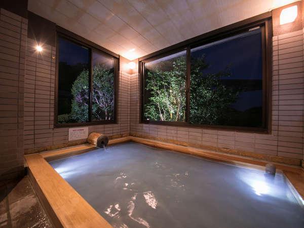 【女湯、檜風呂】内風呂も、もちろん源泉かけ流し100%の温泉です。