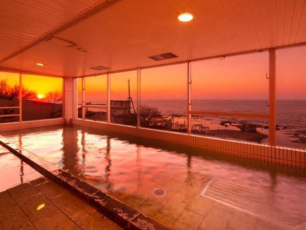 【大浴場 金の船】  日本海が一望できる大浴場 日本海に沈む夕日がご覧いただけます。
