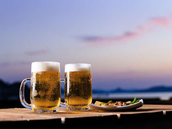 当館前のデッキ「潮風Cafe」 夕日を眺めながら飲むビールは格別!