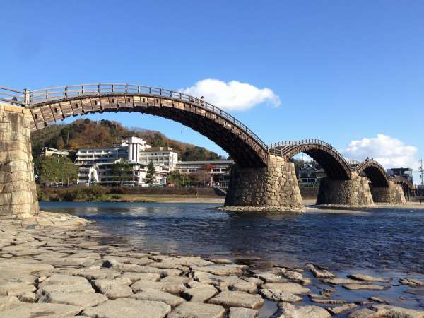 錦帯橋を望む当館の全景