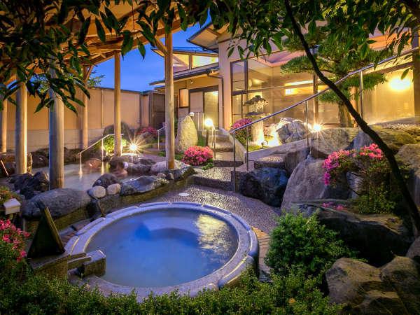 【朝霧の湯】[露天風呂] 野趣を感じる石風呂の左手には、錦帯橋を見下ろせる絶景の岩露天風呂が。