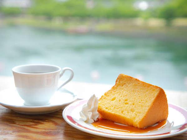 当館1階の喫茶店「とちの木」のスイーツ&珈琲セット。観光合間の休憩などに人気です♪