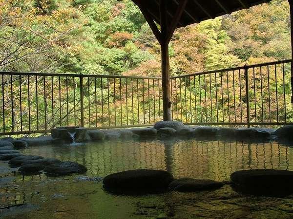 空中露天風呂 お湯に浸かり紅葉の渓谷を眺める