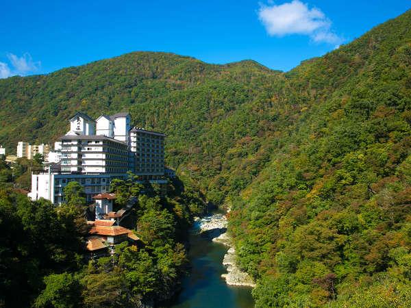 【外観】川沿いに位置する全室渓流沿いの宿。自然という都会から離れた風景をごゆっくり。