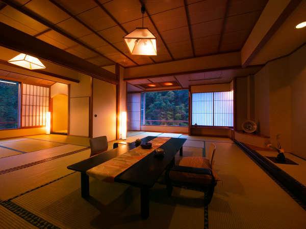 """【宵待亭特別室】2間続きの広い空間で""""美しく並ぶ自然美""""とともに大人数でもお寛ぎいただけます。"""