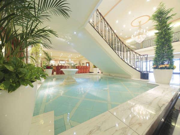 【ロビー】大階段の真下には噴水があり、「幸せの泉」と呼ばれております。