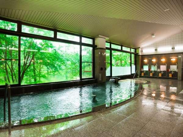 開放感あふれる大きなガラスの外には、飯綱の自然美が広がります。