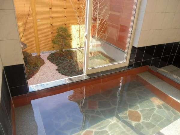 庭を眺めながらゆったりと入浴できます