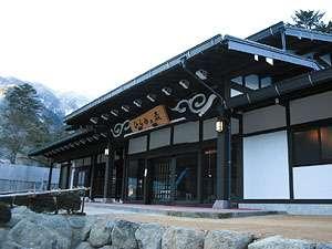 奥飛騨温泉郷「平湯温泉」。日帰り入浴も人気。原生林の中には16もの露天風呂が。館内施設もいろいろ