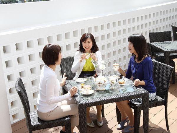 カフェ&レストラン「甘樫」では、屋外テラスで心地良い午後のひとときをお過ごしいただけます。
