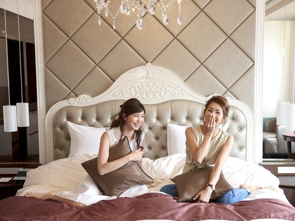 【ラヴェイルスイートルーム】2,000mm×2,030mmの広々キングベッドでご家族や仲良し女子でのお泊りも楽々♪