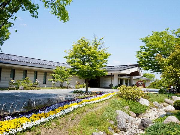 万葉集をテーマにした、美術館、博物館の機能を備えた複合文化施設『万葉文化館』