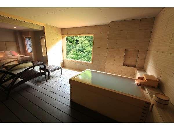 半露天風呂「客室やまぶき」 現在は強羅温泉を代用している為、にごり湯ではございません。