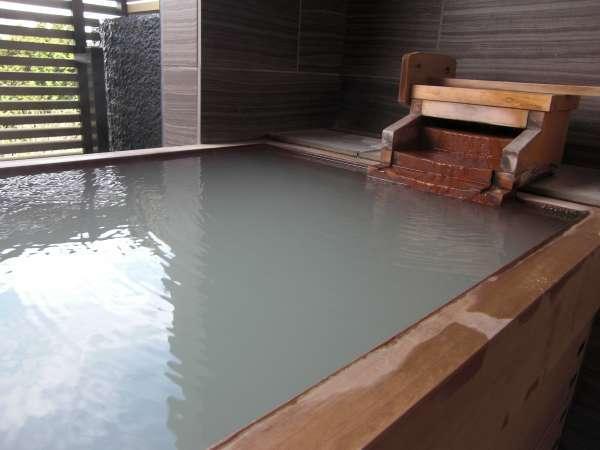 半露天風呂「客室しろ」 現在は強羅温泉を代用している為、にごり湯ではございません。
