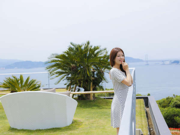 鳴門海峡と大鳴門橋を一望する開放的なソラテラスは記念写真撮影にもおすすめ