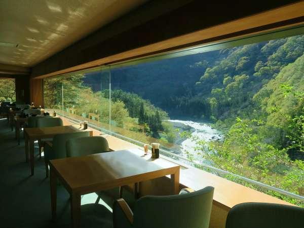 食事処「かわせみ」から望む新緑の渓谷