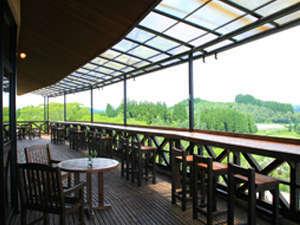 広い木製デッキで素晴らしい景色を眺めながらカフェタイム。