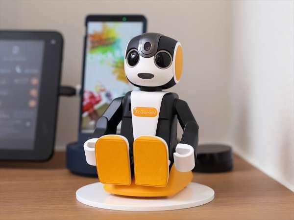 楽しい機能を搭載した人型ロボットロボホンが、コンシェルジュとして快適な滞在をサポートします!