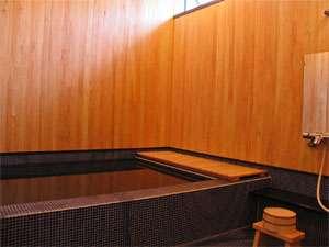 壁に檜を使用したシンプルな角風呂。