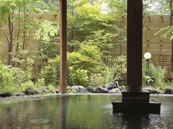 露天風呂からは新緑や雪景色など、四季のうつろいを楽しむことが出来ます。