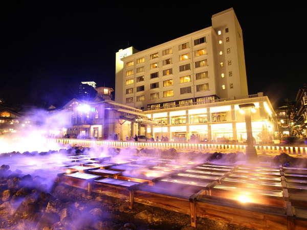 『夜の湯畑とホテル一井』湯畑から立ち昇る湯けむりと新たに始まった湯畑ライティングで一層綺麗な景色に…
