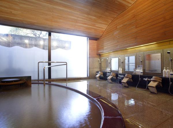 天然温泉の黄金の湯が掛け流されている男性大浴場