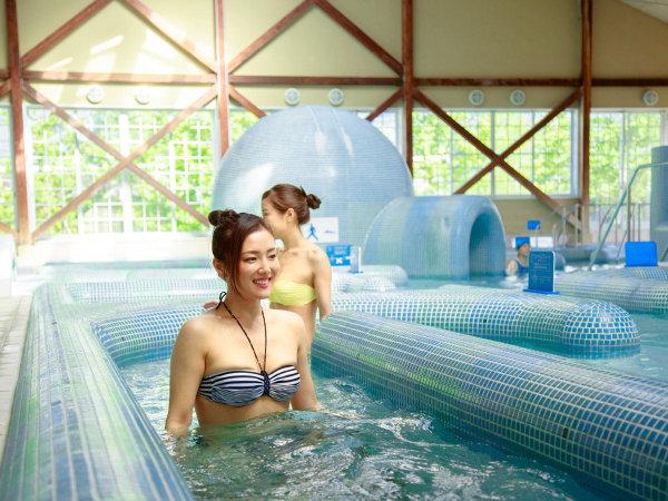 【ウオーキングレーン×温泉ジェットマッサージプール】13種のアトラクションスパが好評の温泉水プール