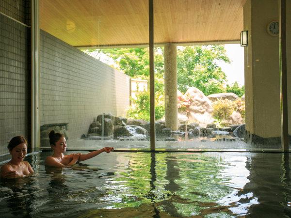 【内湯 大浴場】光が差し込み、落ち着いた雰囲気が心地よい大浴場