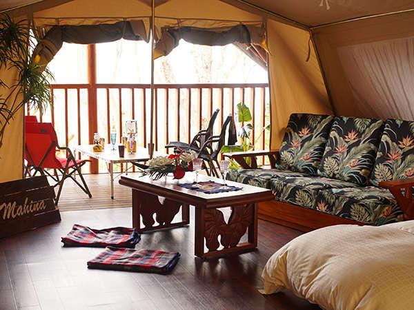 ハワイアン家具やベッド、テレビや冷蔵庫なども配置され、お洒落なインテリアに仕上げられております。