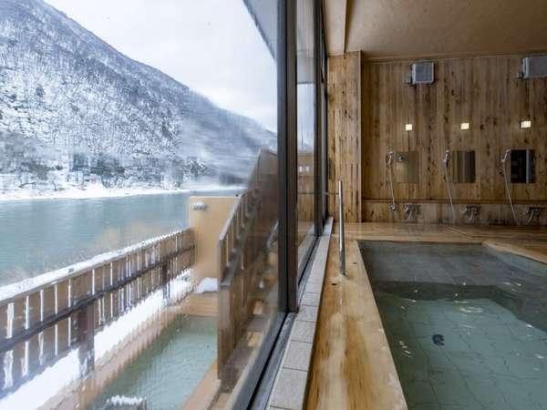 大浴場、露天風呂すべての浴槽から最上川を一望できる、絶景の温泉