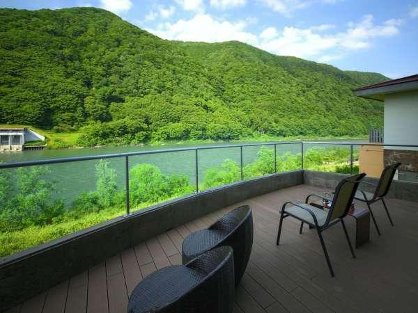 【全ての窓が最上川に面した美景を堪能する宿】テラスではより身近に風光明媚な景色を満喫