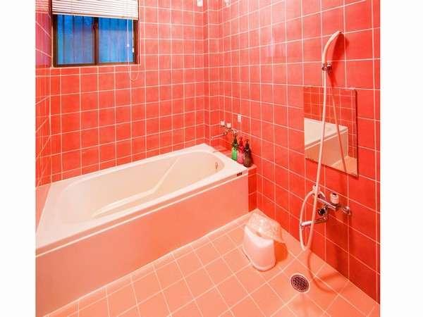 家族風呂が2か所ございます。この画像の湯船は大人が足を伸ばして入れます