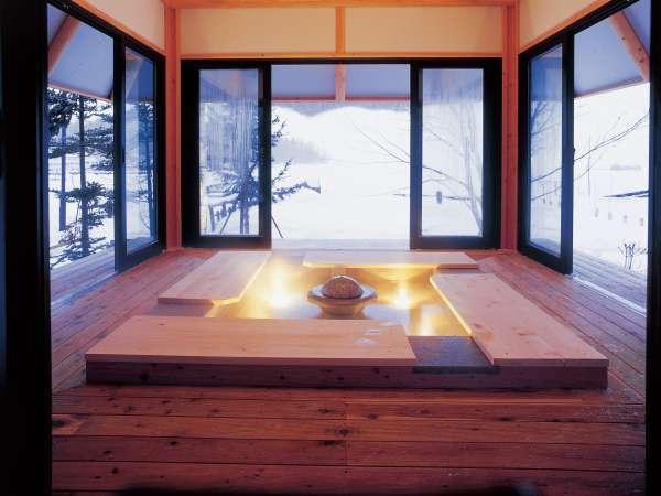 【足湯(冬)】お湯に両足を浸してゆらゆら。足を包むお湯のぬくもりに心がほぐれます。
