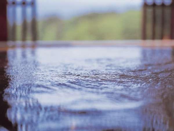 【7階大浴場・石室の湯】金の弓(露天風呂)/なめらかな肌ざわりの湯。阿寒の風がやさしく揺らします。