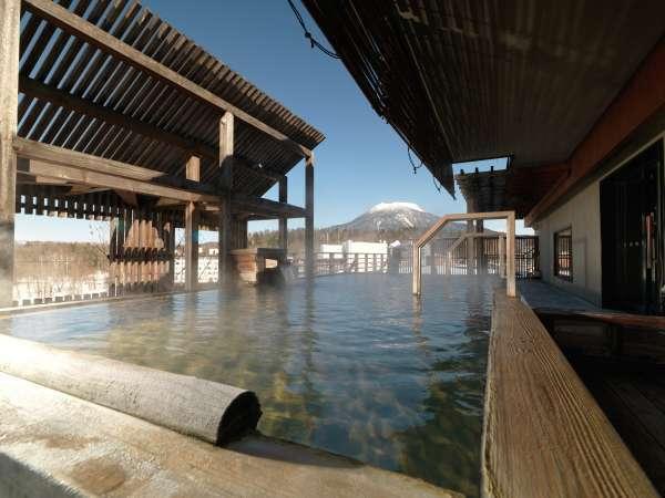 【7階大浴場・石室の湯】金の弓/露天風呂(冬)雄阿寒岳を望むことができます。