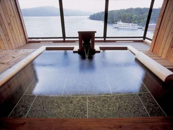 【露天風呂付・湖側】湖の座スイート(客室一例)/和檜が香る広々とした客室露天風呂がございます。