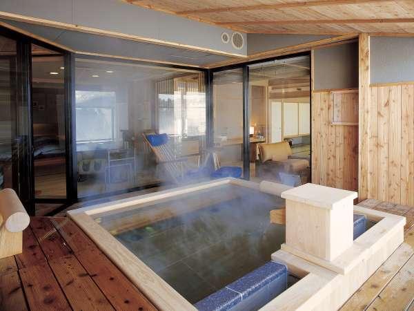 【露天風呂付・湖側】特別室 天の座スイート(客室一例)/お好きなときに湯浴みをお愉しみいただけます。