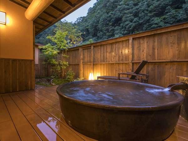 【和洋スイート】露天風呂は標準客室よりも広いサイズとなっております。