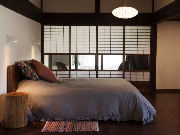 エアコン付きのベッドルームにはテンピュールのキングサイズベッドで快眠。庭の見える縁側で読書もオススメ