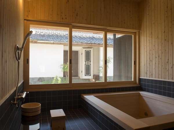 ヒノキ香る大人3名は入れるゆったりとした青森ヒバ風呂からは庭が見える