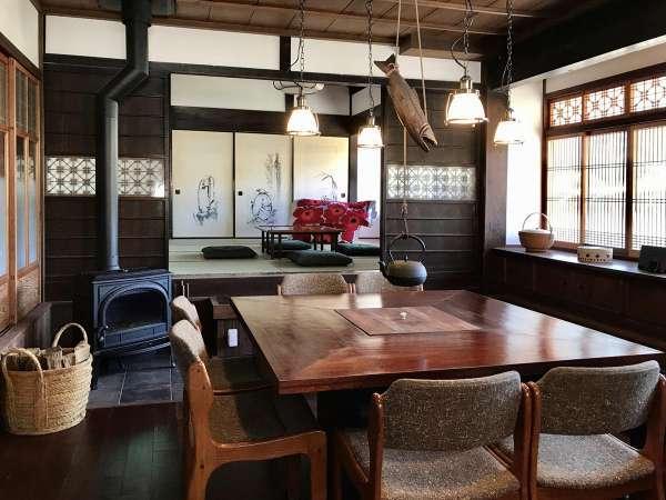 薪ストーブと囲炉裏テーブルのあるダイニングルーム