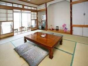 川沿いの和室一例。窓からは筑後川ののどかな景色が広がります。