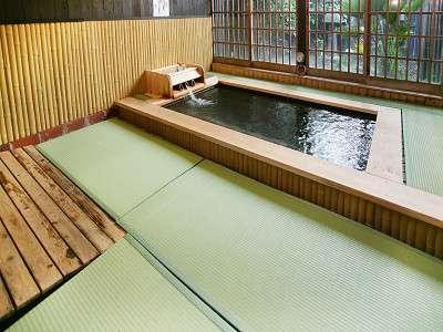 【貸切風呂】洗い場が畳張りのお風呂もあり、肌触りが心地よい。