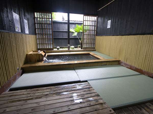 【貸切風呂】段差を少なくしているので、ご年配の方にも好評。畳風呂で滑りにくいのもGOOD☆