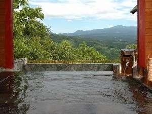 高原のパノラマが広がる無料貸切露天風呂で汗を流す
