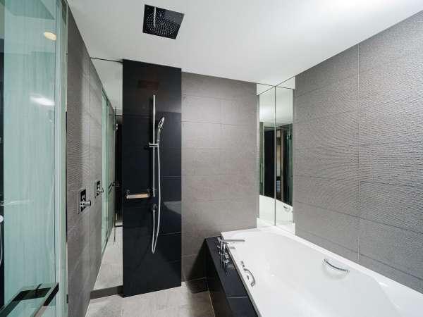 ゆとりある大きさのバスタブはもちろん、洗い場やレインシャワーまで備えた広々と快適なバスルーム