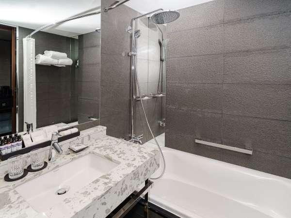 バスタブも備えたゆったりとしたバスルーム