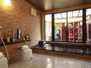 男風呂です。洗い場4つ湯舟は大人5名がゆったり入れます。※19:00~無料貸切で使用可