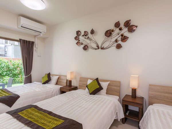 スイートタイプの客室には2つの寝室、5名様宿泊可能です。明るく快適なバスタブ、個室別のトイレが快適。
